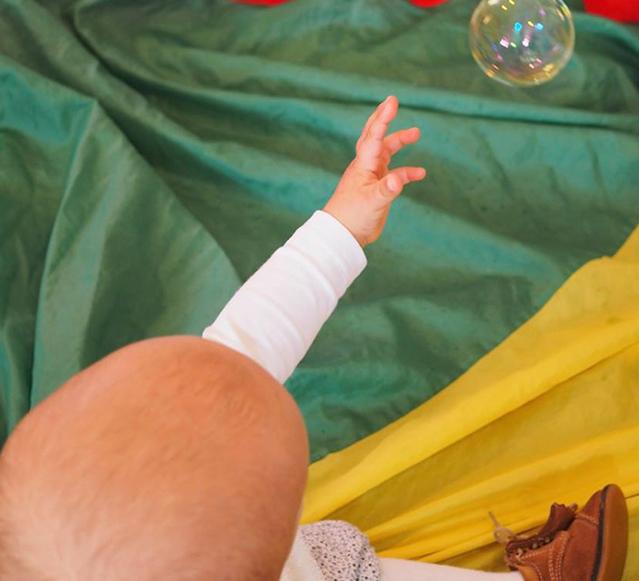 Bebé e bolas de sabão