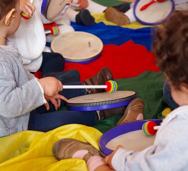 Crianças a tocar música