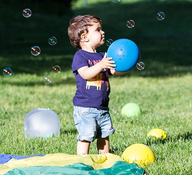 Criança a brincar com balões